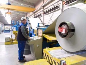 Auf zwei Fertigungsstraßen werden bei Fischer Profil in Netphen-Deuz Sandwichelemente hergestellt. Das Bandmaterial dafür wird direkt vom Coil verarbeitet.