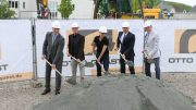 Vertreter des AMZ und der Baufirma beim ersten Spatenstich für den Neubau des Arbeitsmedizinischen Zentrums Siegerland e.V.