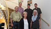 Im Bild vorne Dr. Catharina Friedrich, Vorsitzende der Arbeitsgemeinschaft Siegerländer Künstler, und einige Mitglieder, die Ihre Werke im Haus der Siegerländer Wirtschaft in Siegen ausstellen.