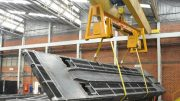 """Lastwendegerät """"Rotomax"""" von Vetter Krantechnik für sichere Wendevorgänge beim Bearbeiten von sperrigen und schweren Bauteilen."""