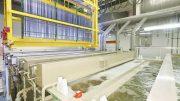 Die neue Galvanik von SIEGENIA mit ihrer ein Meter tiefen Bodentasse ist zweireihig aufgebaut und sowohl mit einer Nassreihe für die Wirkbäder als auch mit einer Trockner- und Speicherreihe ausgestattet.