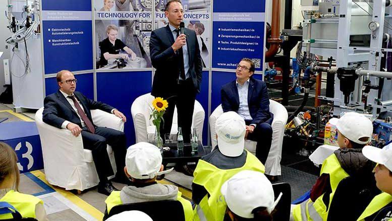 André Barten, Geschäftsführer von Achenbach (rechts), sowie Phillip Ebach (Mitte) als Personalchef und Sebastian Groos (links) als Werksleiter und Chef von Einkauf, Fertigung und Produktion stellten sich den Fragen der 43 Viertklässler.