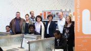 Die Projektpartner trafen sich gemeinsam mit der Projektklasse im BiZ in Siegen, das Foto zeigt stehend von links: Thomas Hartmann (Berufskolleg), Angelina Becker (Berufsberaterin Integration Point), Martin Hopp (DAA), Susanne Heun (DAA), Dr. Bettina Wolf (Agentur für Arbeit), Daniel Kring (Berufskolleg) und Mareike Paul (DAA). (Foto: Thomas Becker, Agentur für Arbeit Siegen)