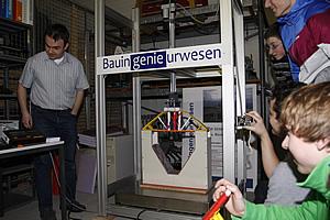 Unser Bild zeigt eine der konstruierten Papierbrücken auf dem Belastungsprüfstand.